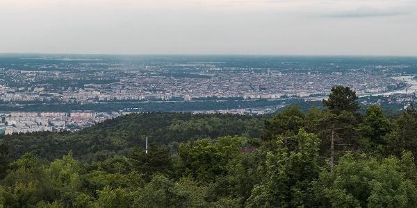 Panorama auf Budapest vom Gipfel des Hármashatár-Berges,aus dem Guckler Károly-Aussichtsturm. Rechts sind Normafa und der János-Berg