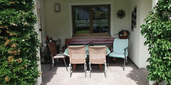 gmütliche Sitzgelegenheit mit Blick auf die Wiese