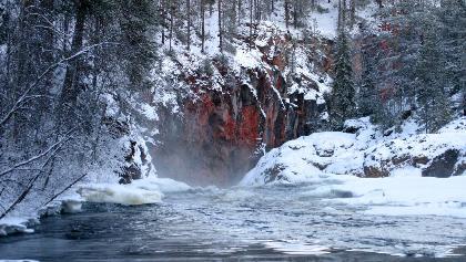 Kiutaköngäs-Stromschnellen im Winter