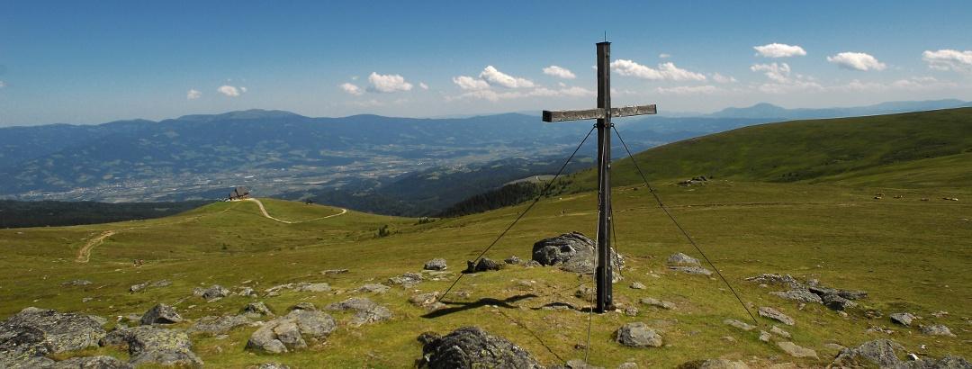 Blick vom Zingerle Kreuz zur Wolfsberger Hütte bzw. auf das Lavanttal
