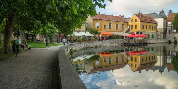 Promenade am Seeufer ( Malom-tó (Mühle-Teich) in Tapolca)