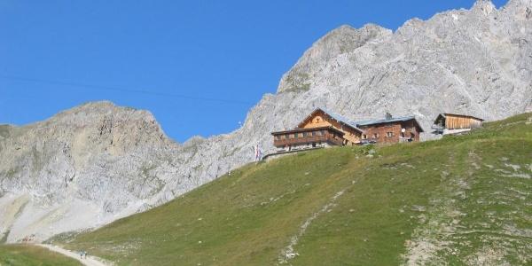 Ulmer Hütte von Süden beim Aufstieg