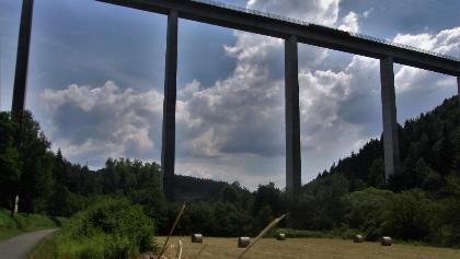 Unter der Schwarzbachtalbrücke hindurch
