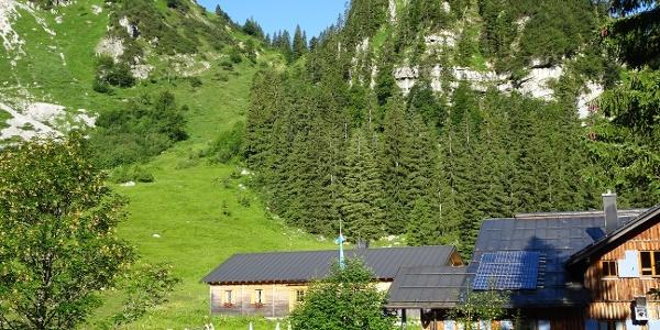 Tutzinger Hütte mit dem ersten Steilhang der Tour