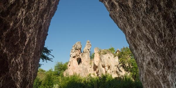 Mesterséges kőfülke és természetes kőteve