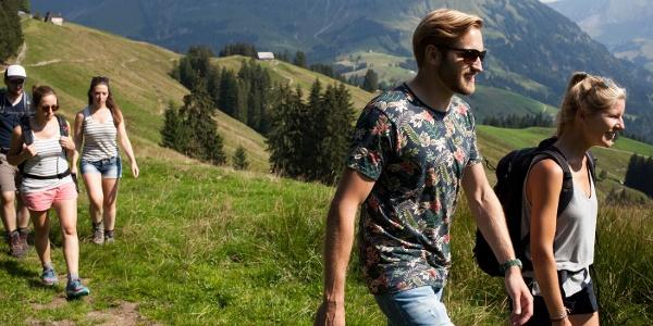 Wanderer auf der Marbachegg, im Hintergrun die Schrattenfluh