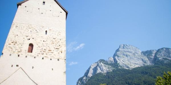 Schloss Sargans und im Hintergrund der Hausberg von Sargans - der Gonzen.