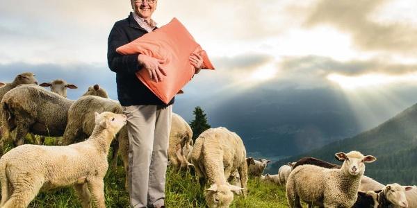 Schafwollverarbeitung heute: Im Atelier Pôss verarbeiten vier Frauen unter der Leitung von Lucia Netzer-Peduzzi in aufwändiger Handarbeit Schafwolle zu hochwertigen Produkten, wie Schafwoll-Duvets, Kissen und Matratzenauflagen.