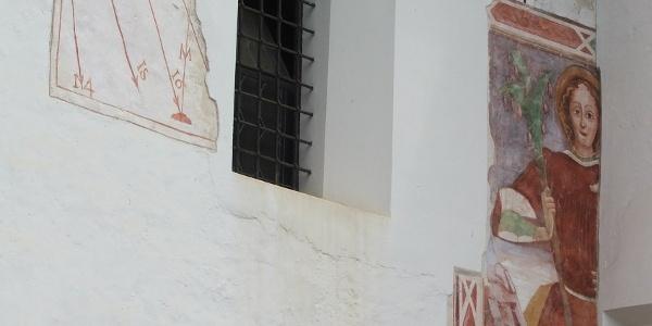 Meridiana e affresco sulla Chiesa di San Michele