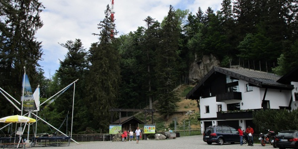 Über dem Eingang zum Wildpark der Gipfel des Pfänders