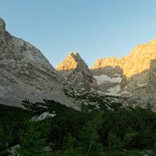 v.l. Schärtenspitze, Blaueisspitze, Hochkalter, Kleinkalter und Rotpalfen im Morgenlicht kurz nach der Blaueishütte.
