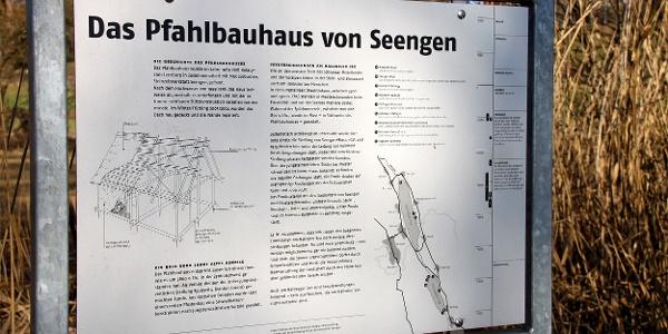 Infotafel am Pfahlbauhaus von Seengen.