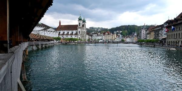 Blick von der Kapellbrücke auf Luzern.