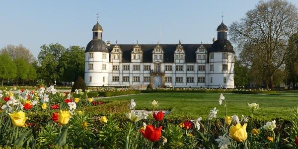 Schloß Neuhaus mit Barockgarten (Frühlingsbepflanzung)