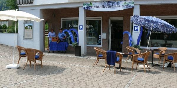 Das Heidelbeerhaus mit Sitzmöglichkeiten im Freien