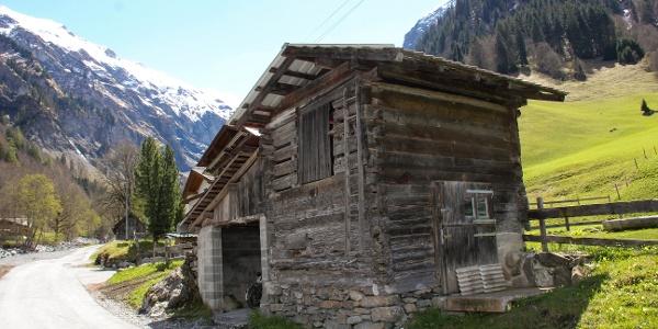 Die Route führt vorbei an kleinen Ställen, Alphütten und Kuhweiden.