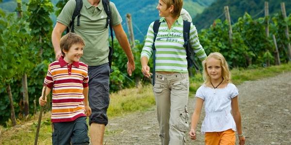 Familie auf dem Rotweinwanderweg