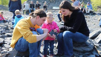 Für die Fossiliensuche auf der Felsrippe kann ein Rucksack im Piesberger Gesellschaftshaus ausgeliehen werden