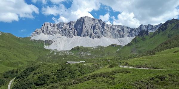 Die Aschariner Alp liegt eingebettet in einen Bergkranz.
