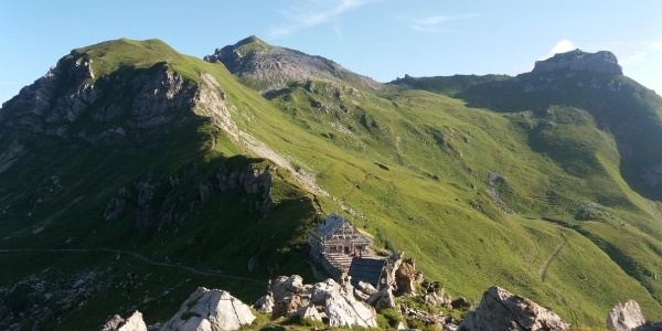 Pfälzerhütte im Anstieg zum Naafkopf, Hintergrund: Augstenberg, Gorfion.