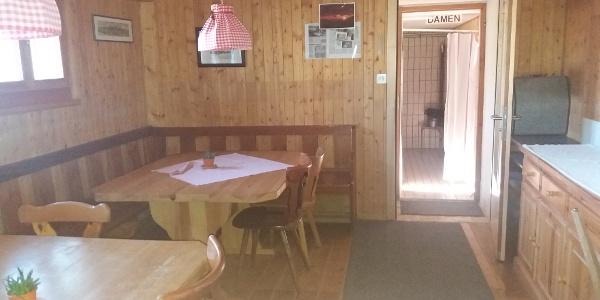 Aufenthaltsraum und Waschraum bei den Lagern im Untergeschoss.