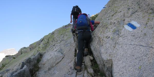 Auf einem alpinen Wanderweg vom Urserental in die Gösheneralp