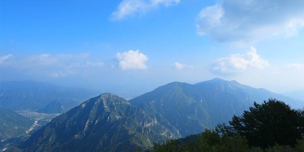 Monte Peurna a sx, e poi verso dx un bel tratto dell'Alta Via degli Eroi.