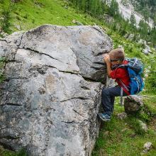 Boulderfelsen entlang des Weges
