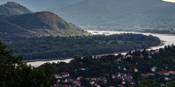 A Dunakanyar az aranyoskúti kilátópontról. Balra a visegrádi fellegvár, alattunk Verőce, a folyó partján szemben Nagymaros, fölötte a Szent Mihály-hegy