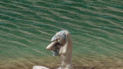 Bronzeskulptur der Nixe am Seeufer im April 2015