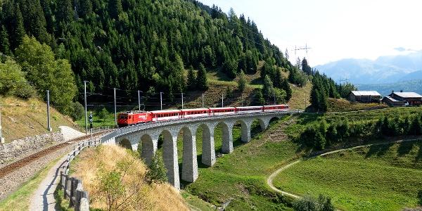 Matterhorn Gotthard Bahn auf dem Bugnei-Viadukt.