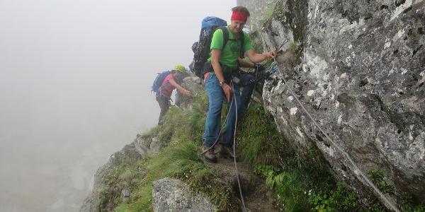 Klettersteigausrüstung ist erforderlich, um sich zu sichern.