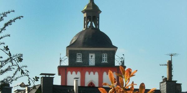 Das Krönchen überragt die umliegenden Häuser auf dem Siegberg