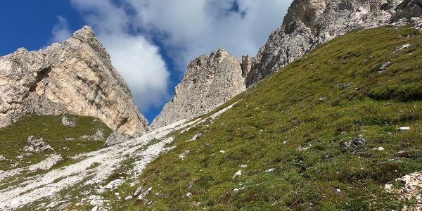 Zustieg mit Blick auf die Croda Negra Südwand (Bildmitte)