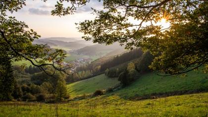 Traumhafter Ausblick über Hilchenbacher Gemarkung, das Siegerland und Wittgenstein bietet zahlreiche dieser Ausblicke ins weite Rothaargebirge