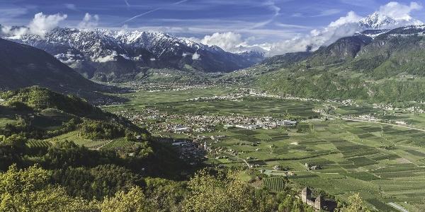 Der Fernblick von St. Hippolyt aus reicht über das Etschtal, den Tschögglberg, den Meraner Talboden, den Eingang ins Passeiertal sowie die Gipfel der Texelgruppe und umfasst 20 Ortschaften sowie 40 Schlösser, Ansitze und Ruinen