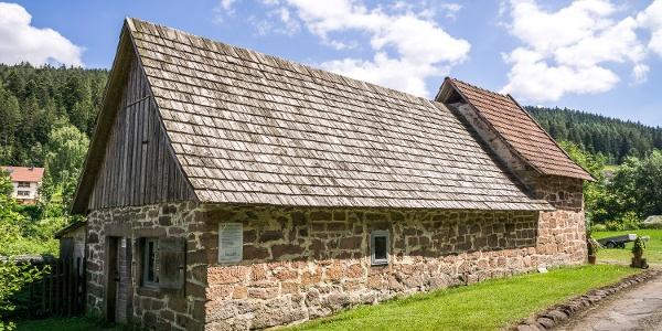Auch das Kulturdenkmal Rußhütte liegt am Weg und ist einen Abstecher mehr als wert