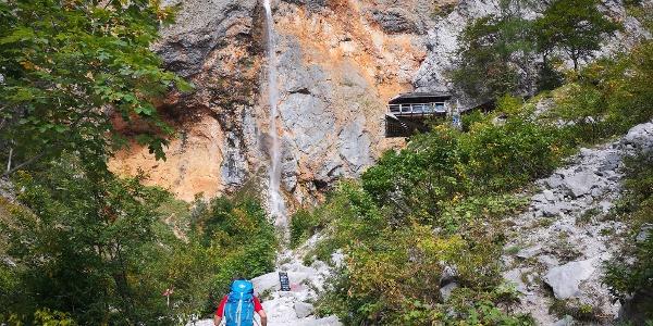 Start im Logartal beim Wasserfall