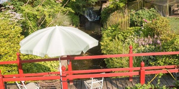 Brücke zum Garten über den Ilsenbach, im Hintergrund der Wasserfall