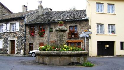 Dorfbrunnen in Saint Jeures