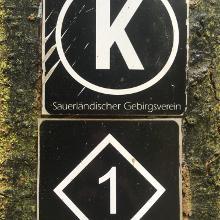 Diesen Zeichen nach der zweiten Landstraßenüberquerung vorübergehend folgen