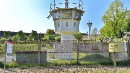 Original-Schutzstreifen der ehemaligen DDR-Grenze mit Wachturm in Mödlareuth