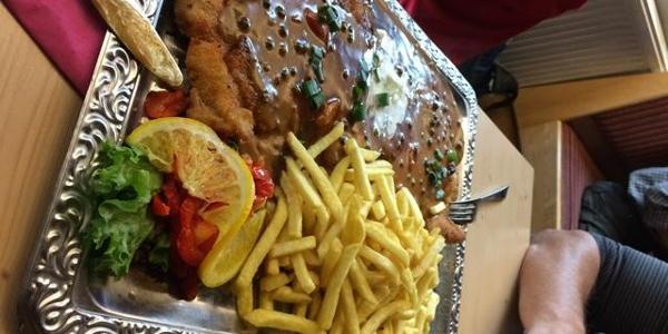 Schnitzel XL mit Pfefferrahmsoße (400g)