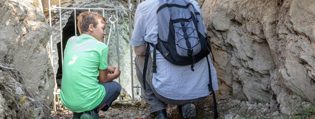 2 Personen vor Eingang Grube Tannenwald