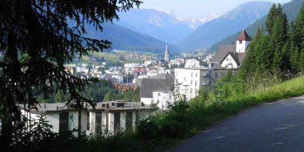 Blick vom Panoramaweg auf Davos Platz