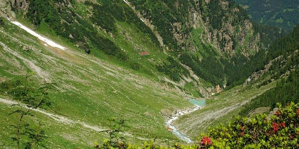 Blick vom Aufstieg hinunter zur Bergstation Underi Trift.