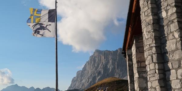 Ausklang des Tages auf der Terrasse der Carschinahütte