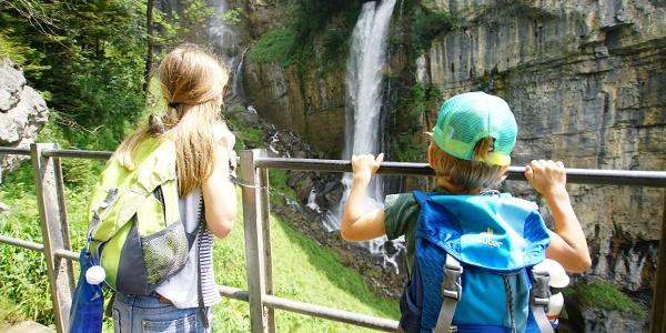 Kinder betrachten den Wasserfall