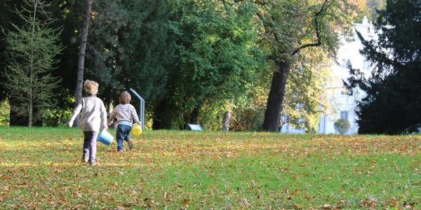 Kinder toben im Karlspark