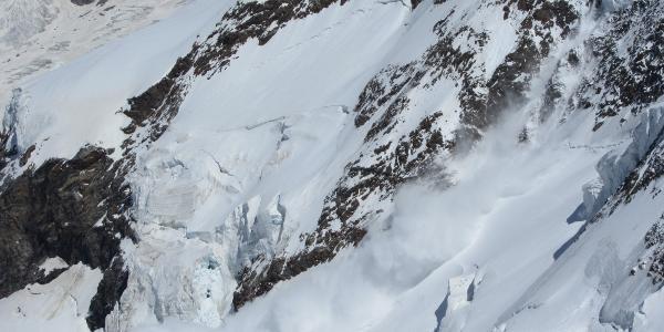 Eislawine vom Zwillings Gletscher